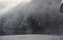 Approaching dust storm in South Dakota.In: Monthly Weather Review,  February 1935, p. 54.
