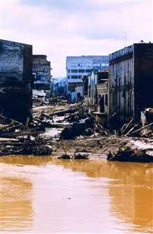 Flood damage along the Choluteca River caused by Hurricane Mitch.Over 9,000 deaths and 9,000 missing were attributed to Mitch making it thesecond most deadly hurricane in history ranking only below a 1780 hurricane inthe Lesser Antilles.
