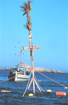 The floating cross at the mouth of the trap. Excluding the statuette ofSt. Peter, the patron saint of fishermen, which is traditionally alwaysthe same, each Rais places his own images of saints. The cross serves the functional purpose of helping the